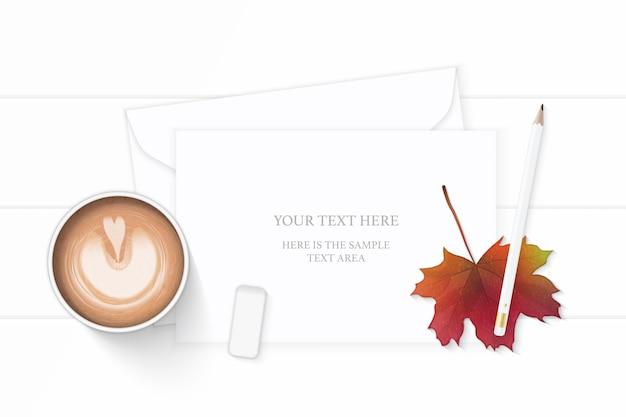 Papel de carta na folha de bordo de outono com lápis e café em fundo de madeira