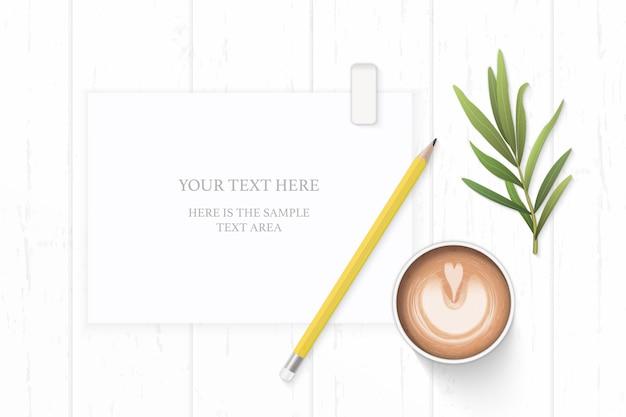 Papel de composição branco com café e folha de estragão em fundo de madeira