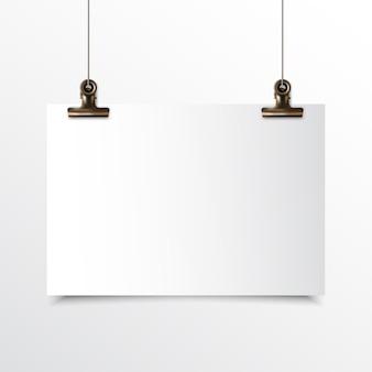 Papel horizontal em branco pendurado realista simulado acima com grampo de fichário de ouro