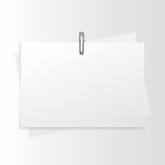 Papel horizontal em branco realista simulado acima com clipe de papel dourado