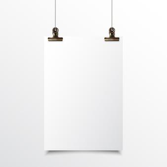 Papel vertical em branco pendurado realista simulado acima com grampo de fichário de ouro