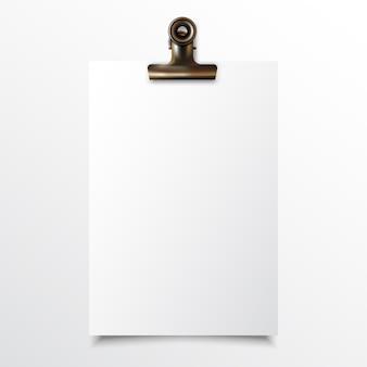 Papel vertical em branco realista simulado acima com clipe de fichário de ouro