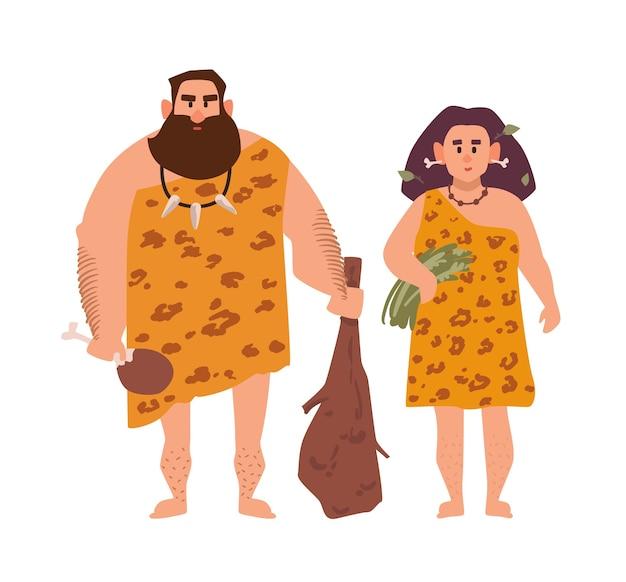 Par de homem arcaico primitivo e mulher vestida com roupas de pele e de pé juntos.