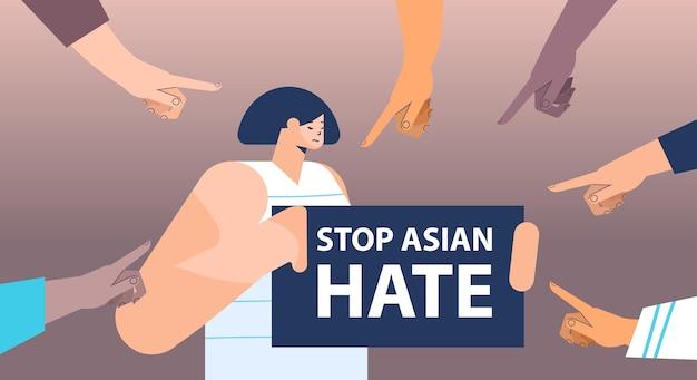 Pare o ódio asiático. mulher cercada por dedos de mãos apontando para ela.