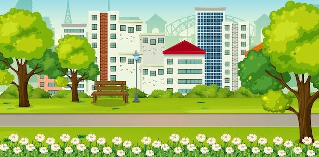 Parque ao ar livre com muitos prédios ao fundo