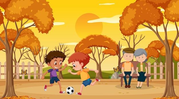Parque ao pôr do sol com crianças jogando futebol