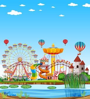 Parque de diversões com cenário de pântano durante o dia e céu azul claro