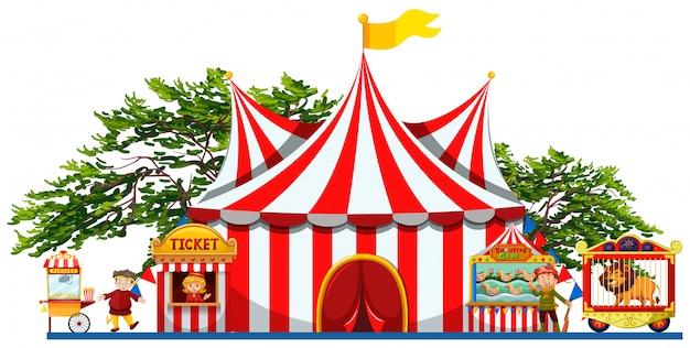 Parque de diversões com tenda e vendedores