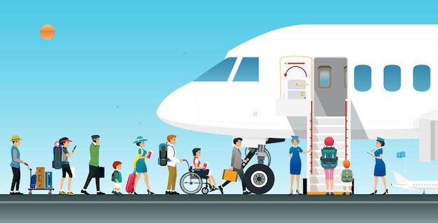Passageiros de avião estão programados para embarcar no avião com comissários de bordo.