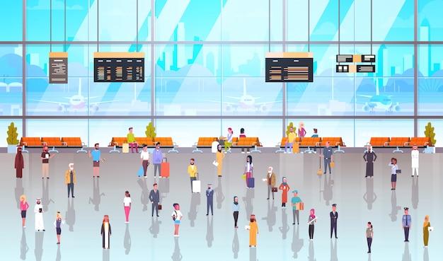 Passageiros interiores dos povos modernos do aeroporto com bagagem
