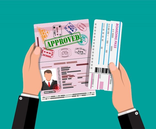 Passaporte com carimbos de visto, cartão de embarque