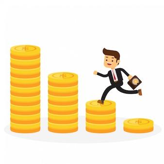 Passo de homem de negócios na pilha de moedas de ouro