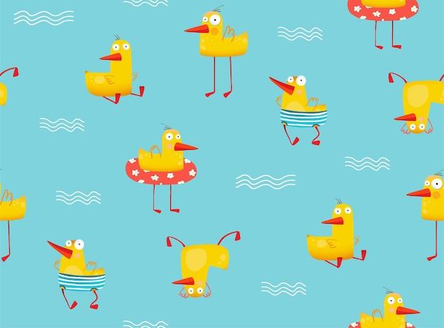 Pato amarelo engraçado nadando com inflável na piscina