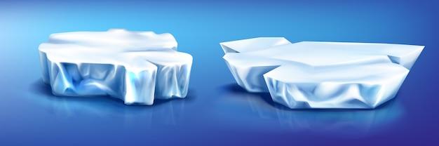 Pedaços de iceberg de blocos de gelo, geleira na superfície azul da água congelada com reflexão.