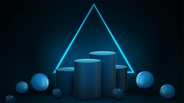 Pedestais cilíndricos de vencedores azuis vazios com grande moldura triangular de néon em fundo escuro e esferas decorativas