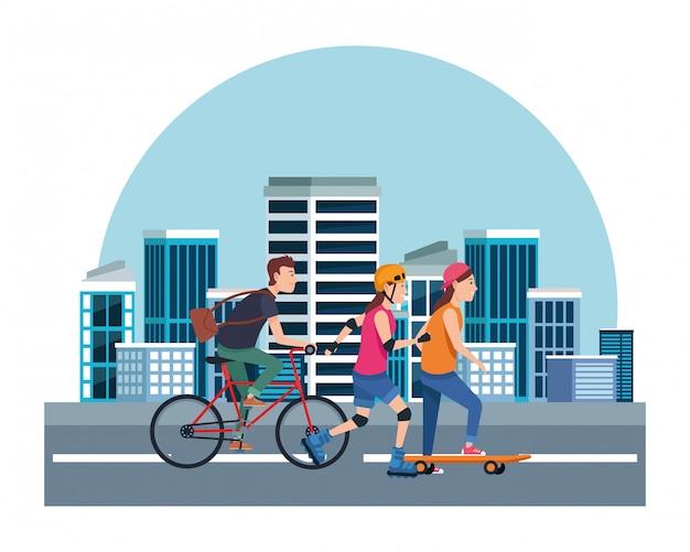 Peple jovem com sakteboard, patins e bicicletas