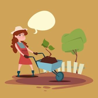Pequena menina fazendeiros filha segurar carrinho crescendo árvore