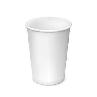 Pequeno copo de papel branco isolado no branco