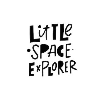 Pequeno explorador do espaço desenhado à mão na cor preta, ilustração em vetor frase letras