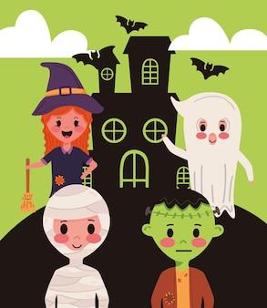 Pequeno grupo de crianças com personagens de fantasias de halloween em casa assombrada