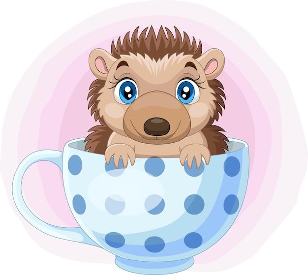 Pequeno ouriço de desenho animado sentado na xícara