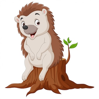 Pequeno ouriço de desenho animado sentado no toco de árvore