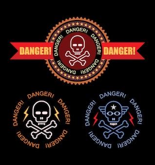 Perigo - conjunto de etiquetas isolado. crânio e ossos cruzados com fita e texto
