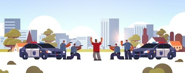 Personagem criminal preso com ladrão de braços levantados, pego por policiais roubo segurança autoridade justiça lei serviço conceito paisagem urbana fundo comprimento total horizontal