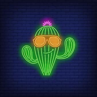 Personagem de cacto sorridente usando sinal de néon de óculos de sol