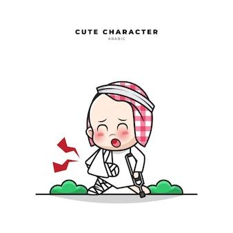 Personagem de desenho animado bonito de bebê árabe com um gesto de braço e perna fraturados