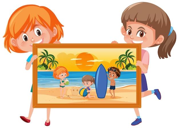Personagem de desenho animado de duas garotas segurando uma foto de crianças na praia