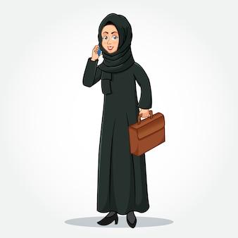 Personagem de desenho animado empresária árabe em roupas tradicionais, falando no smartphone e segurando uma pasta isolada