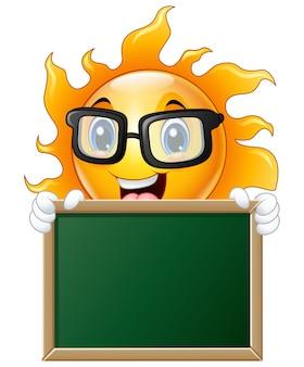 Personagem de desenho animado sol segurando uma lousa