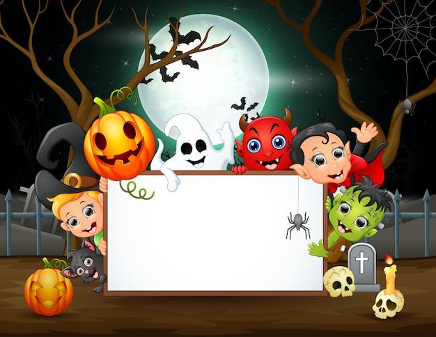 Personagem de halloween feliz segurando um cartaz em branco à noite