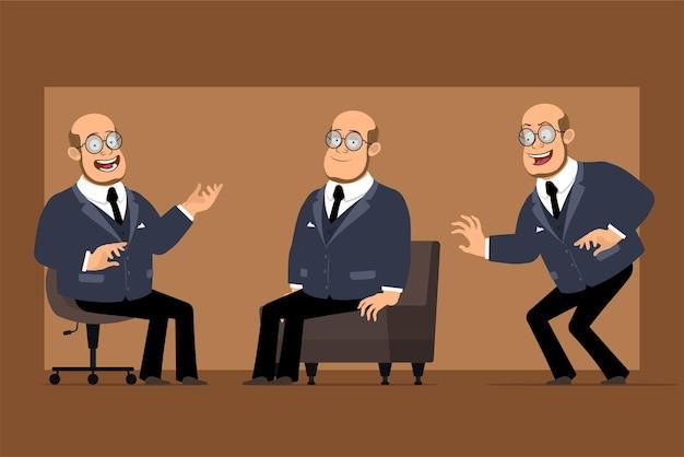 Personagem de homem liso engraçado professor careca dos desenhos animados de terno escuro e óculos. rapaz posando, se esgueirando e descansando no sofá.