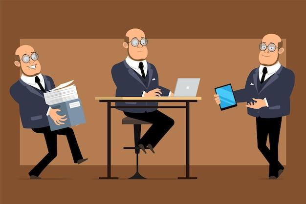 Personagem de homem liso engraçado professor careca dos desenhos animados de terno escuro e óculos. rapaz trabalhando no laptop e carregando uma caixa de papel com documentos.