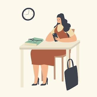 Personagem de jovem aluna sentada à mesa na sala de aula, ouvindo palestra e conversando com um smartphone