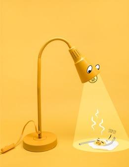 Personagem de lâmpada amarela iluminando um ovo frito