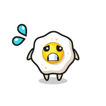 Personagem de mascote de ovo frito com gesto de medo, design de estilo fofo para camiseta, adesivo, elemento de logotipo