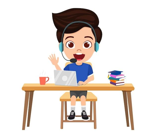 Personagem de menino feliz fofo e inteligente fazendo aula de e-learning na mesa com laptop, livros, café, fone de ouvido, microfone com expressão alegre estudo isolado em casa cursos da web ou tutoriais