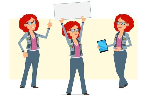 Personagem de mulher hippie ruiva plana engraçada dos desenhos animados de óculos e jaqueta jeans. garota mostrando tablet inteligente e segurando cartaz em branco vazio.