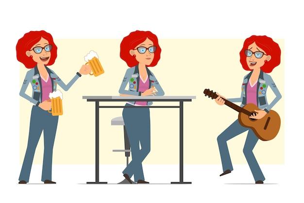 Personagem de mulher hippie ruiva plana engraçada dos desenhos animados de óculos e jaqueta jeans. menina tocando violão e segurando canecas de cerveja.