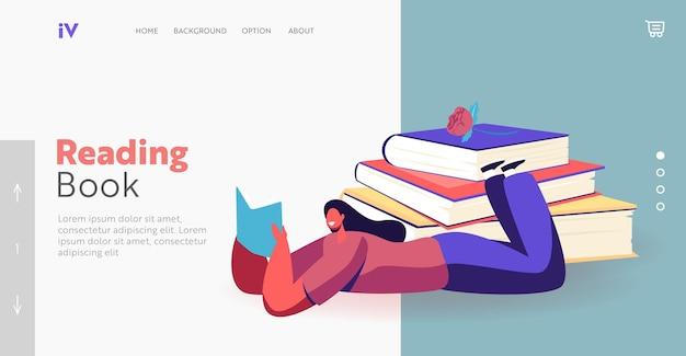 Personagem feminina lendo literatura deitada perto de um modelo de página de destino de pilha de livros enormes. mulher jovem gasta tempo na biblioteca ou se prepara para um exame, ganhando conhecimento. ilustração em vetor desenho animado
