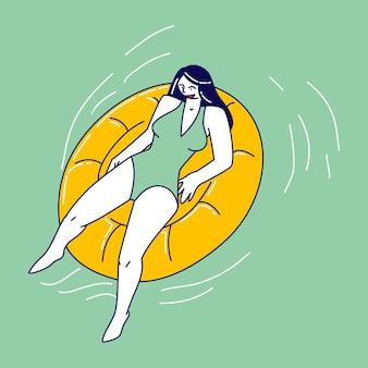 Personagem feminina relaxada, curtindo as férias de verão, flutuando em um colchão inflável