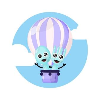 Personagem mascote dos talheres em balão de ar quente
