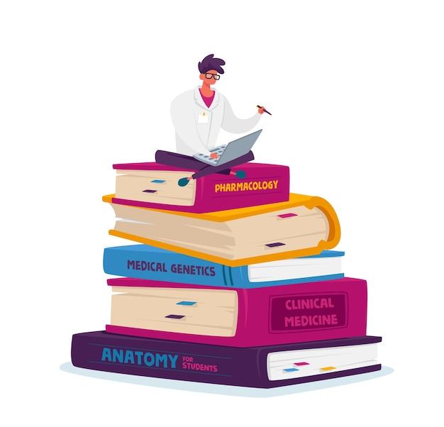 Personagem masculino minúsculo do estagiário de medicina com manto branco trabalhando em um laptop sentado em uma pilha enorme de livros