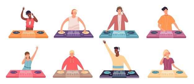 Personagens dj no console. músicos femininos e masculinos com mesa giratória. dj fazer discoteca de música de dança ou conjunto de vetores de boate. personagem dj disco com ilustração de equipamento eletrônico de toca-discos
