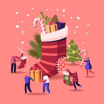 Personagens felizes comemorando a festa de natal, se divertindo e dançando na enorme meia com presentes e abeto decorado com guirlandas e confetes, evento festivo de ano novo. ilustração em vetor desenho animado