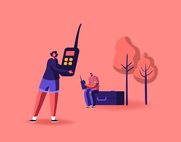 Personagens masculinos e femininos amadores de rádio comunicam-se com walkie talkie portátil e se divertem falando uns com os outros ao ar livre