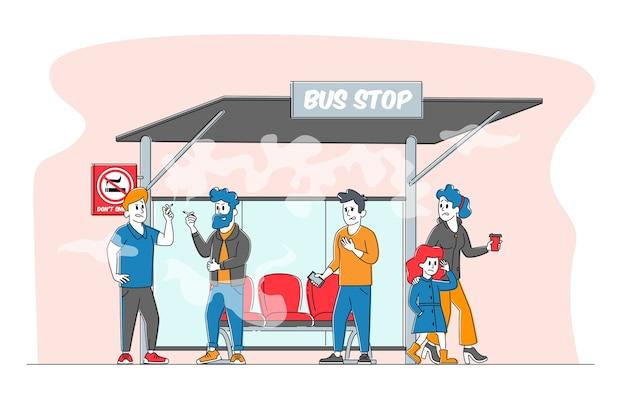 Personagens masculinos fumam cigarros perto da placa de proibição no ponto de ônibus